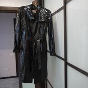 Продаю кожаный плащ черного цвета. Размер 44. Почти новый.